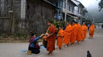 Buddhist munkar safna gjafir í Luang Prabang, Laos