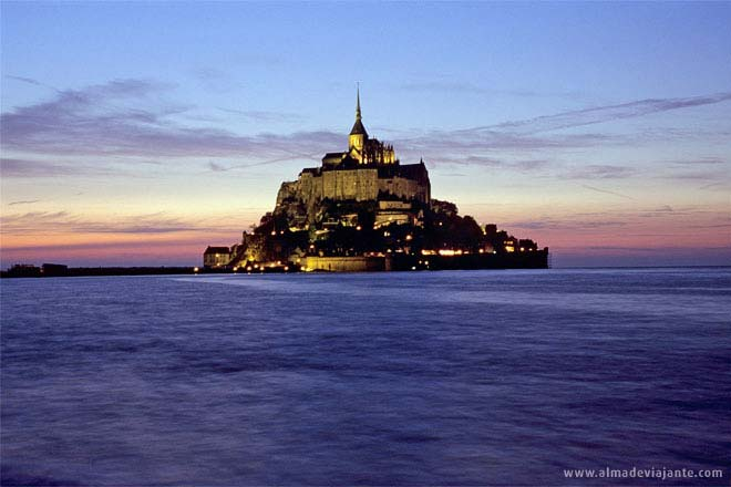 O Mont Saint-Michel com maré-cheia, Normandia, França