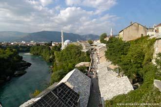 Vista do rio Neretva e do centro histórico de Mostar, a partir de um terraço de um bar