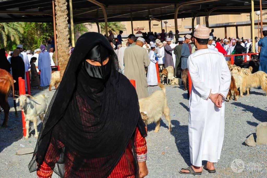 Mulheres com máscaras no mercado de Nizwa