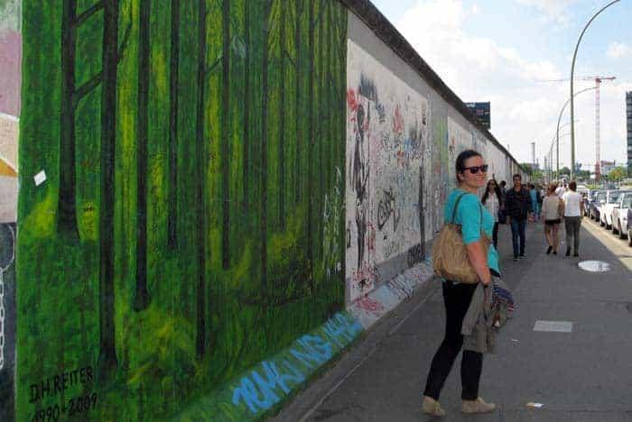 A Mariana junto ao Muro de Berlim