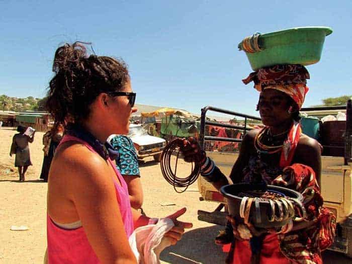 A Inês a regatear num mercado