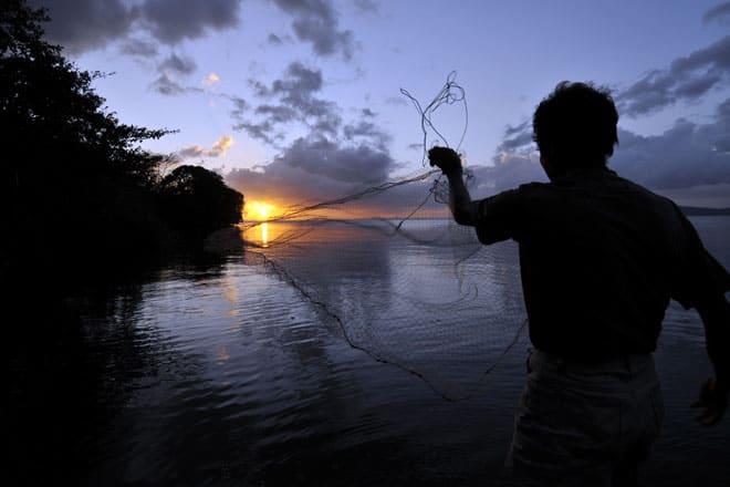Pescador na ilha Ometepe, lago Cocibolca, Nicarágua