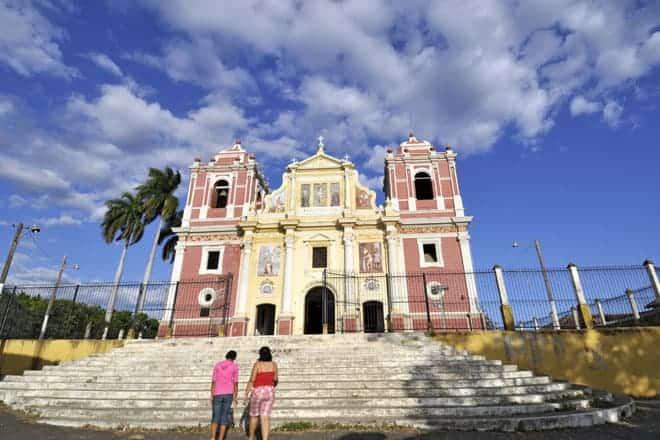 Fachada da magnífica igreja do Calvário, em León, Nicarágua