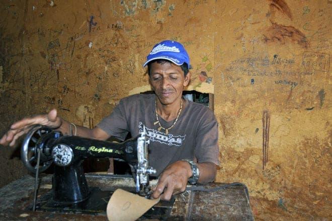 Trabalhador da indústria do calçado numa rudimentar fábrica de Granada