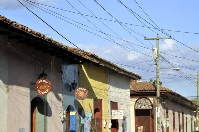 Fachadas coloridas do centro histórico de León