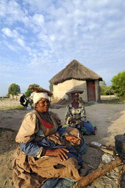 Talandi við þorpsbúa á landamærunum milli Botsvana og Namibíu