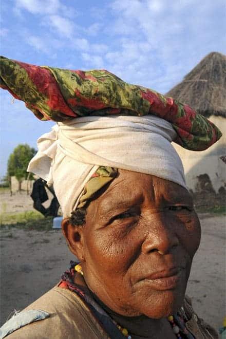 Hrukkur af vinnulíf í þorpi nálægt Okavango Delta