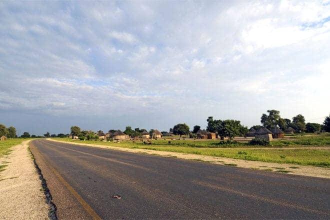 Vegurinn á leiðinni til Maun, sjálf-boðaði hlið við Okavango Delta