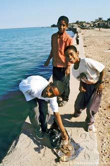 Crianças iranianas na ilha de Ormuz