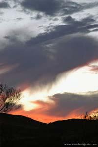 Entardecer próximo de Devil Marbles, outback australiano