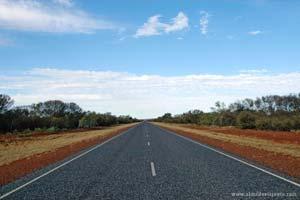 A longa, rectilínea e plana Stuart Highway, Austrália