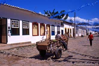 Calçada pé-de-moleque no centro de Paraty, Brasil