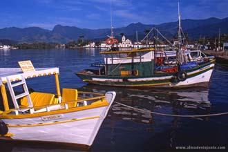 Barcos de recreio na baía de Paraty, estado do Rio de Janeiro, Brasil