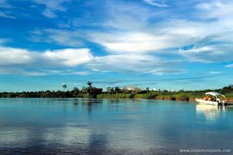 Uma lancha percorre o delta do Rio Parnaíba