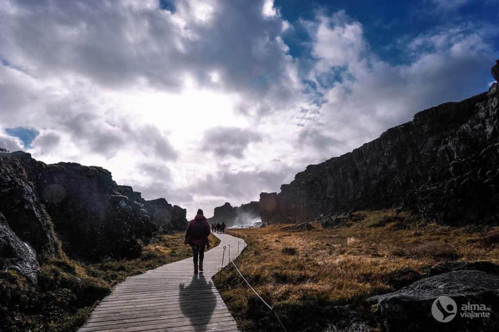 Göngubrú í Þingvöllum þjóðgarðinum