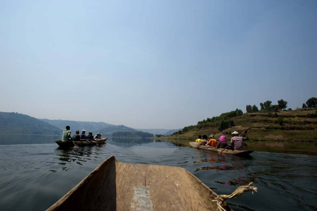 Viagem de canoa no lago Bunyonyi