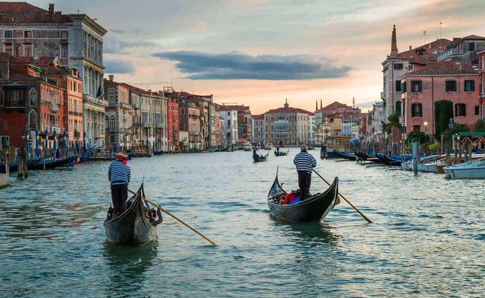Passeio de Gôndola nos canais de Veneza