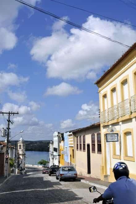 """Ao fundo da ladeira o """"Velho Chico"""", como é conhecido o rio São Francisco, Penedo"""
