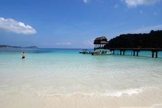 Praia junto a luxuosos hotéis na Perhentian Kecil, Malásia