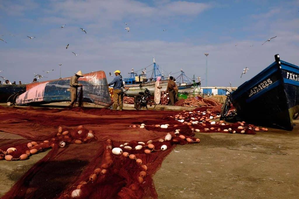 Arranjando as redes de pesca no porto de Essaouira