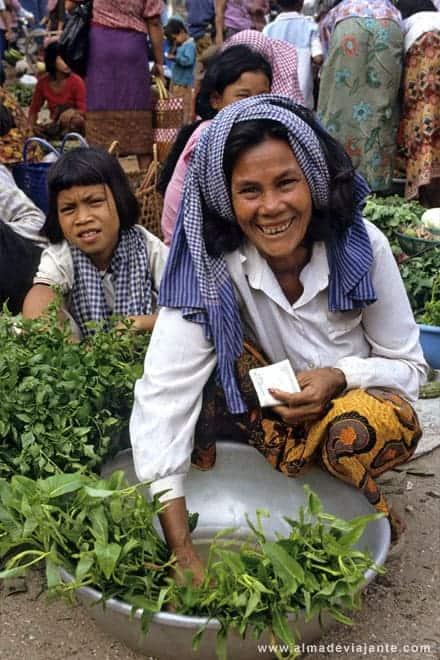 Mercado de rua em Phnom Penh, Camboja