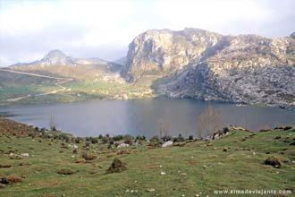Lago Enol, no maciço central dos Picos da Europa