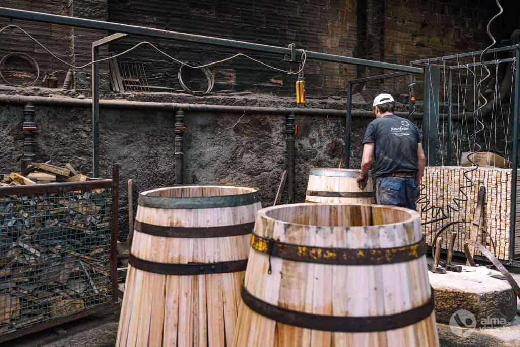 Barris (tonéis) de vinho em produção na Tanoaria Josafer