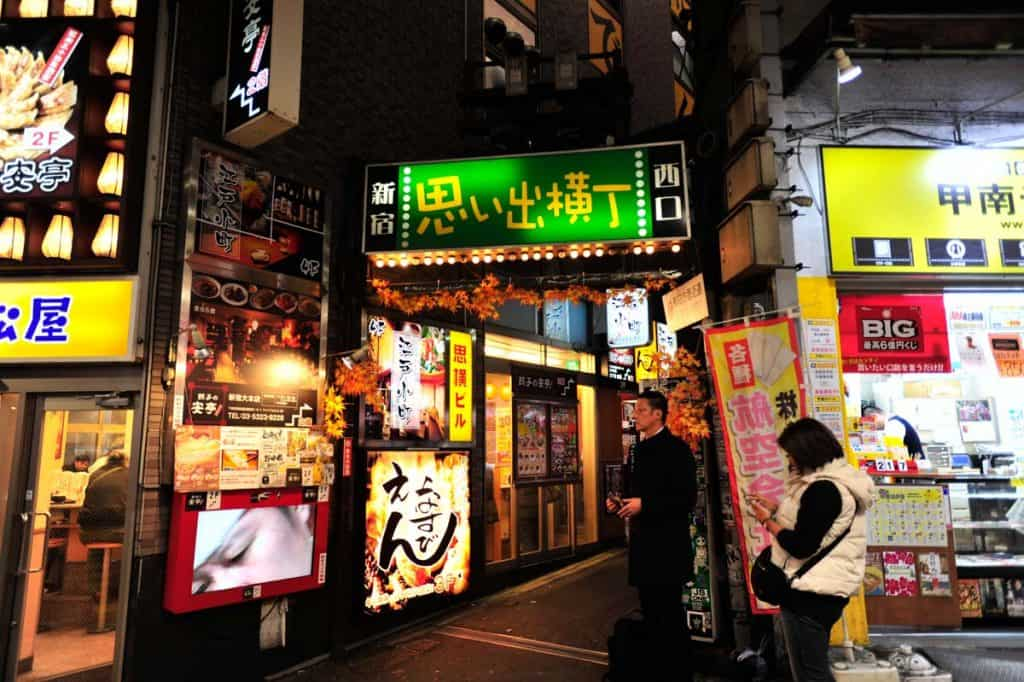 Entrada do Piss Alley, em Shinjuku