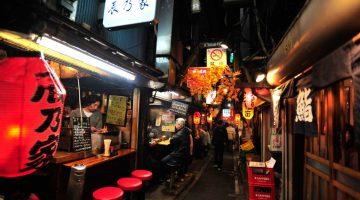 Comendo yakitori no Piss Alley de Tóquio