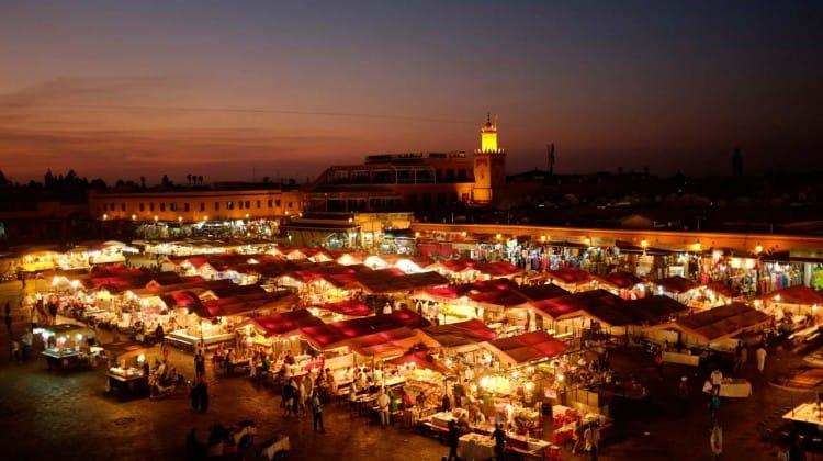 Quando a noite cai na praça Djemaa el Fna de Marraquexe