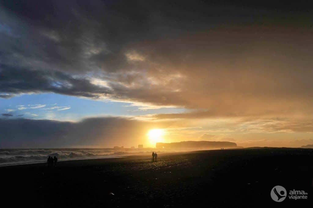 Pôr-do-sol em Reynisfjara, Islândia