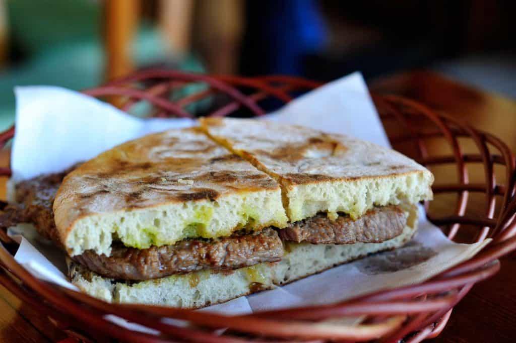 O que comer na ilha da Madeira: prego em bolo do caco