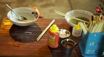 Provando a comida do Vietname