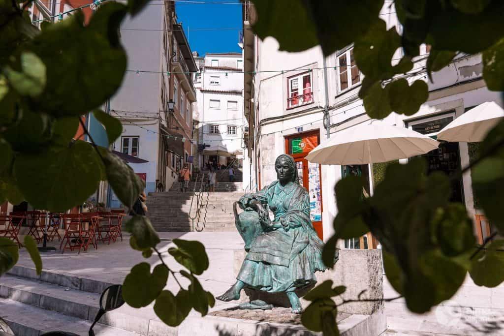 Estátua Tricana de Coimbra, na rua Quebra Costas