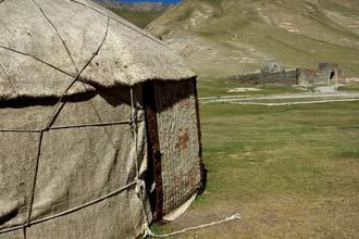 Bozoy junto ao caravanserai de Tash Rabat, Quirguistão