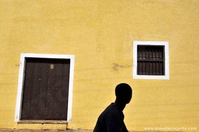 Um habitante de Remédios passa em frente à fachada lateral da igreja de São João Batista de Remédios