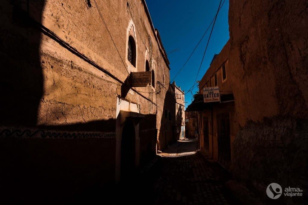 Jogo de sombras em no bairro antigo de Taourirt