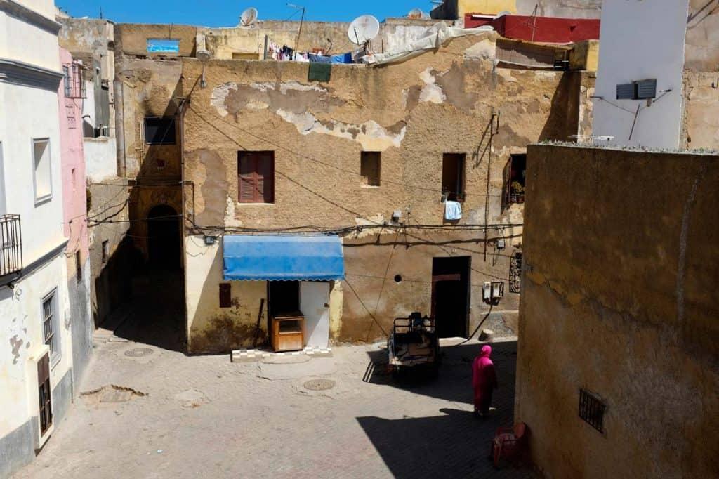 Habitant d'El Jadida pels carrers del nucli antic