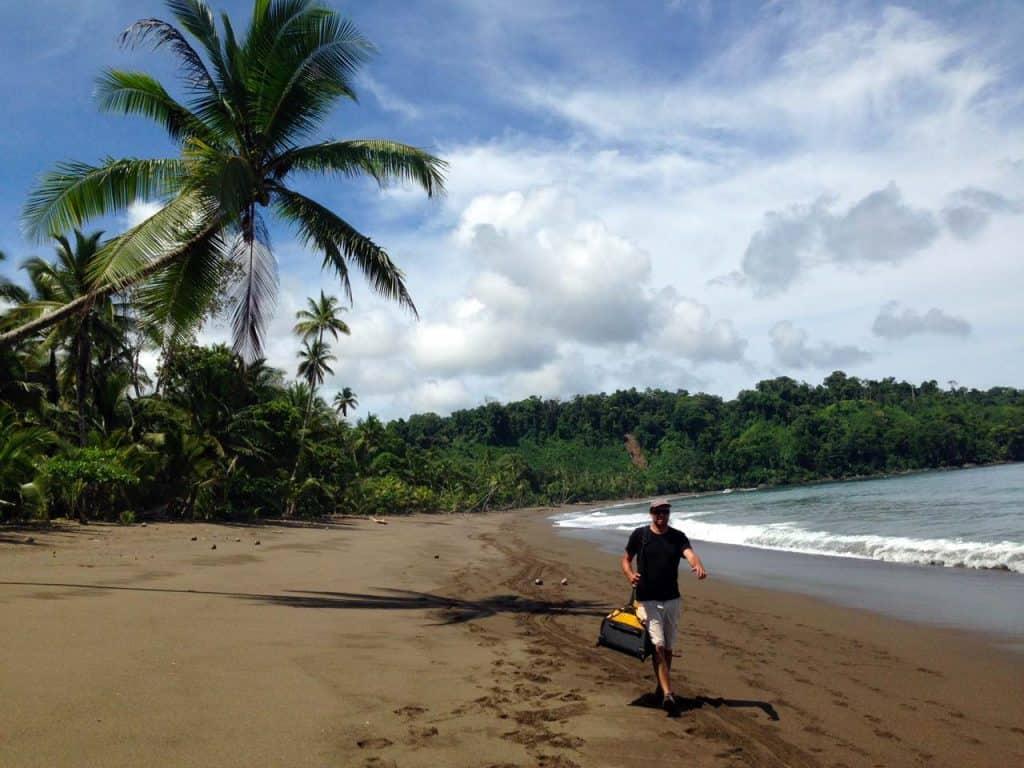 Usando o paradiver da Samsonite como duffle na praia Rincon de San Josecito, Costa Rica