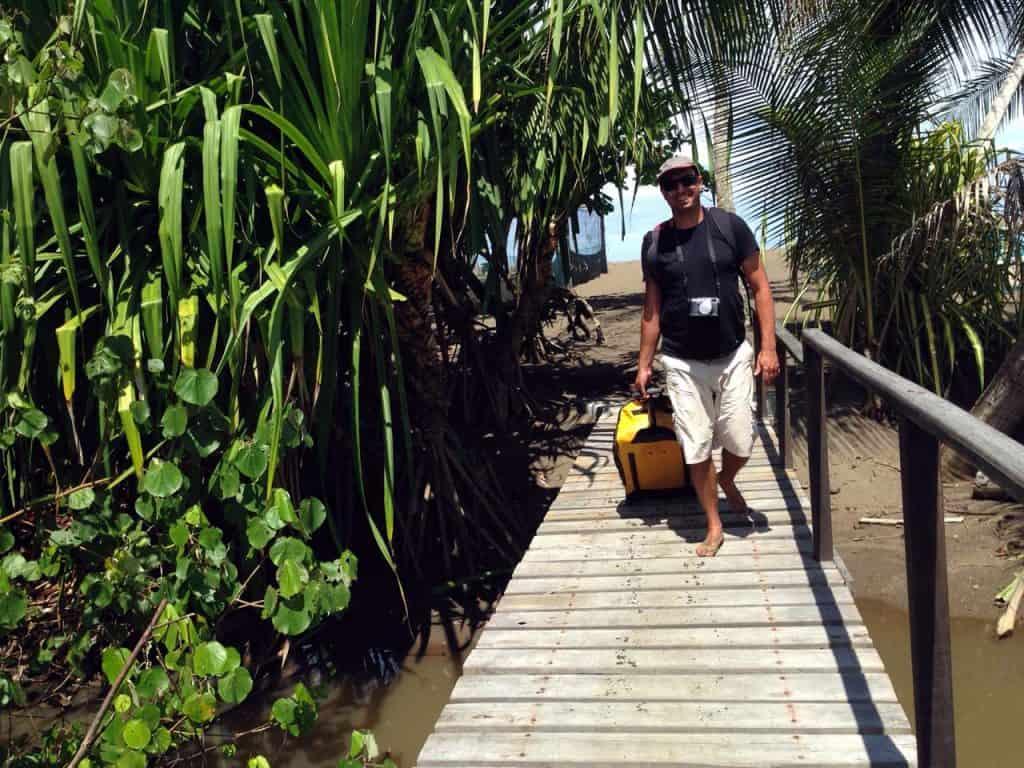 Usando o paradiver da Samsonite como trolley em San Josecito, Costa Rica