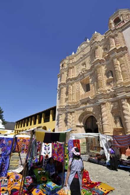 Mercado em torno do Templo de Santo Domingo