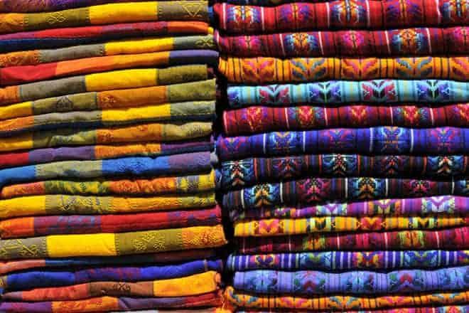 Tecidos com as cores quentes da indumentária Maia