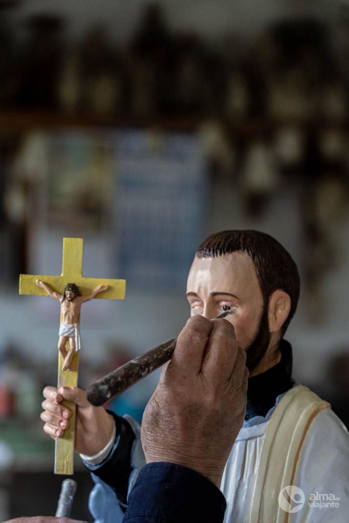 Boaventura Matos a pintar uma escultura de arte sacra