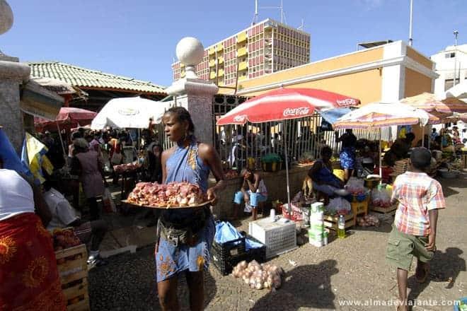 Vendedora de carne fresca no mercado central da Praia