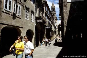 Rua de Vilar, no centro histórico de Santiago de Compostela, Espanha