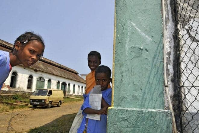 """Jovens habitantes da roça Água Izé, localizada na estrada """"Sul"""" da ilha de São Tomé e uma das mais belas de São Tomé e Príncipe"""