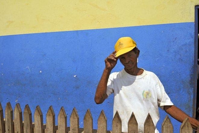 """Um homem cumprimenta o visitante defronte da """"Cozinha Social"""", projeto dos Leigos para o Desenvolvimento na roça Água Izé"""