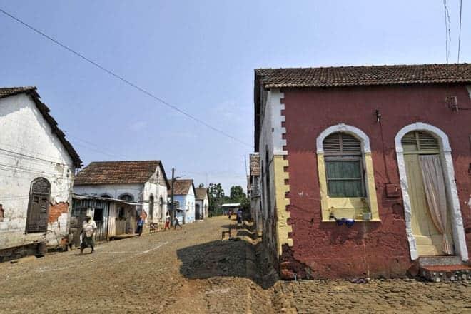 Rua principal da roça Água Izé, São Tomé