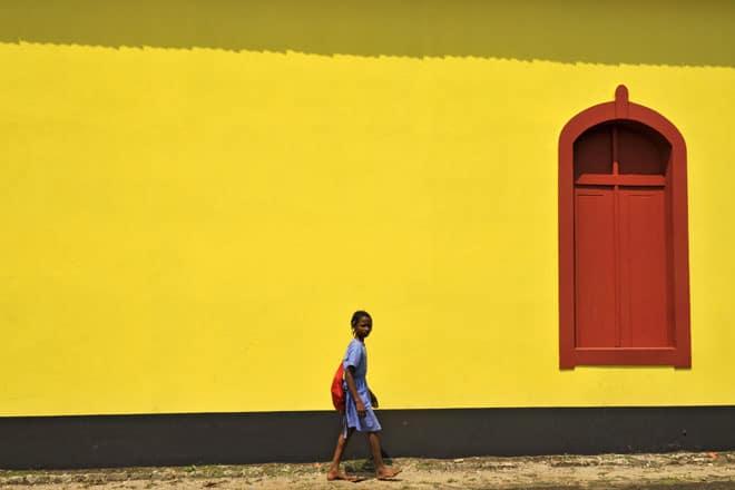 """Barn kemur aftur úr skólanum á """"South"""" veginum á São Tomé Island"""